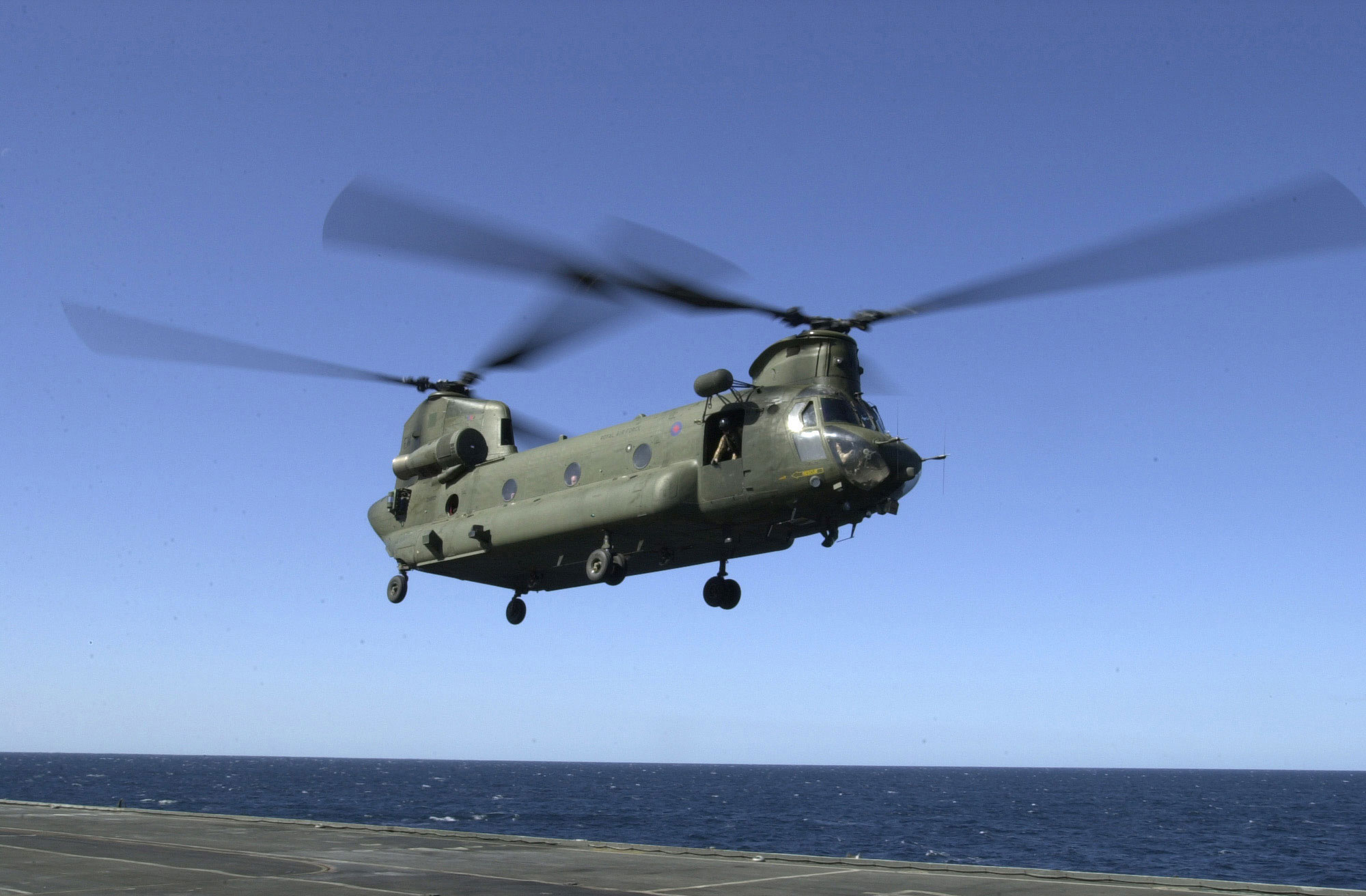 Chinook Helicopter Gallery http://www.eliteukforces.info/gallery/helicopters/chinook-hms-illustrious.php