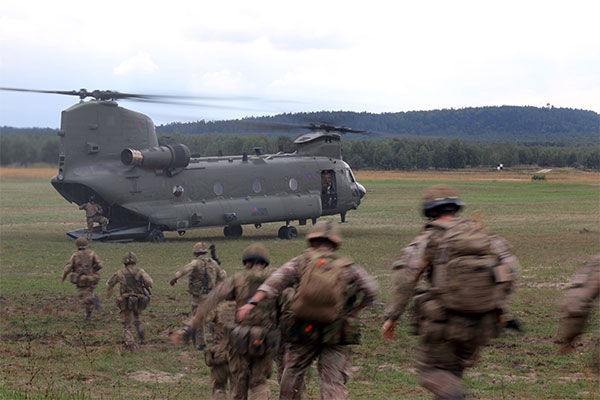 2 PARA soldiers run towards a RAF Chinook